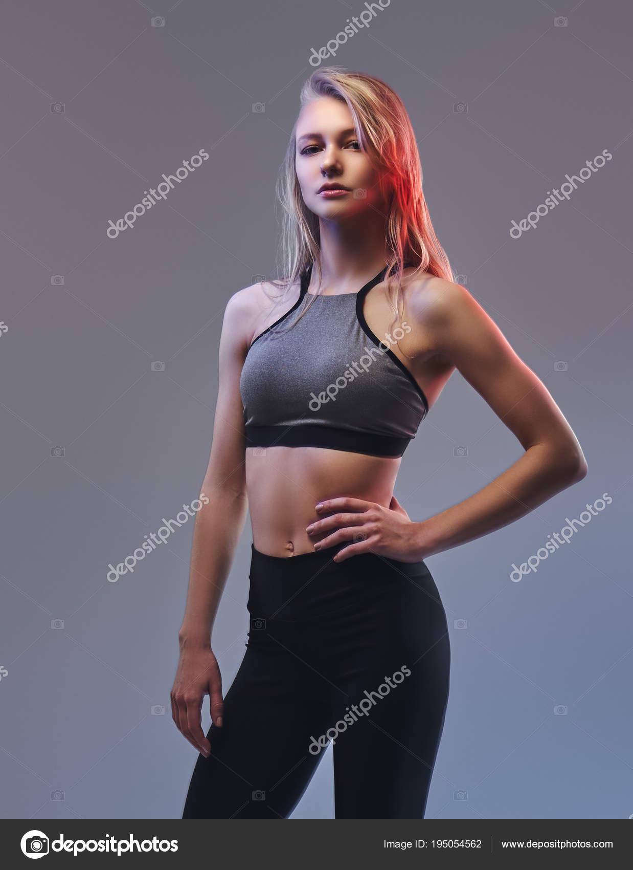 Сексуальная блондинка в спортивной форме