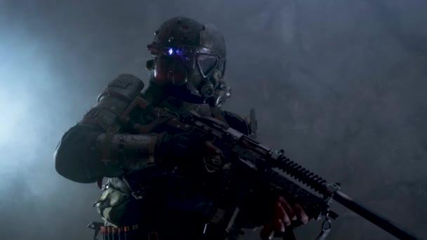 Mann posiert in auffälligem Post-Apokalypse-Kostüm für Betreiber