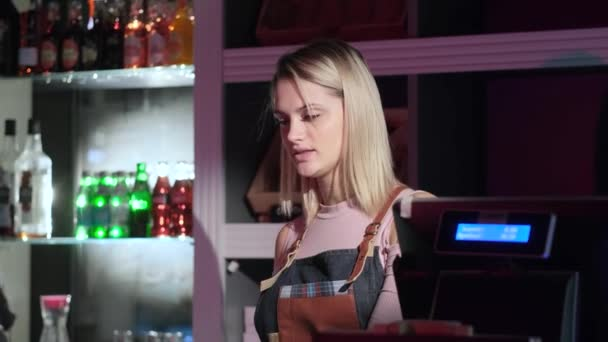 Krásná mladá prodavačka slouží kupujícímu v cukrárně