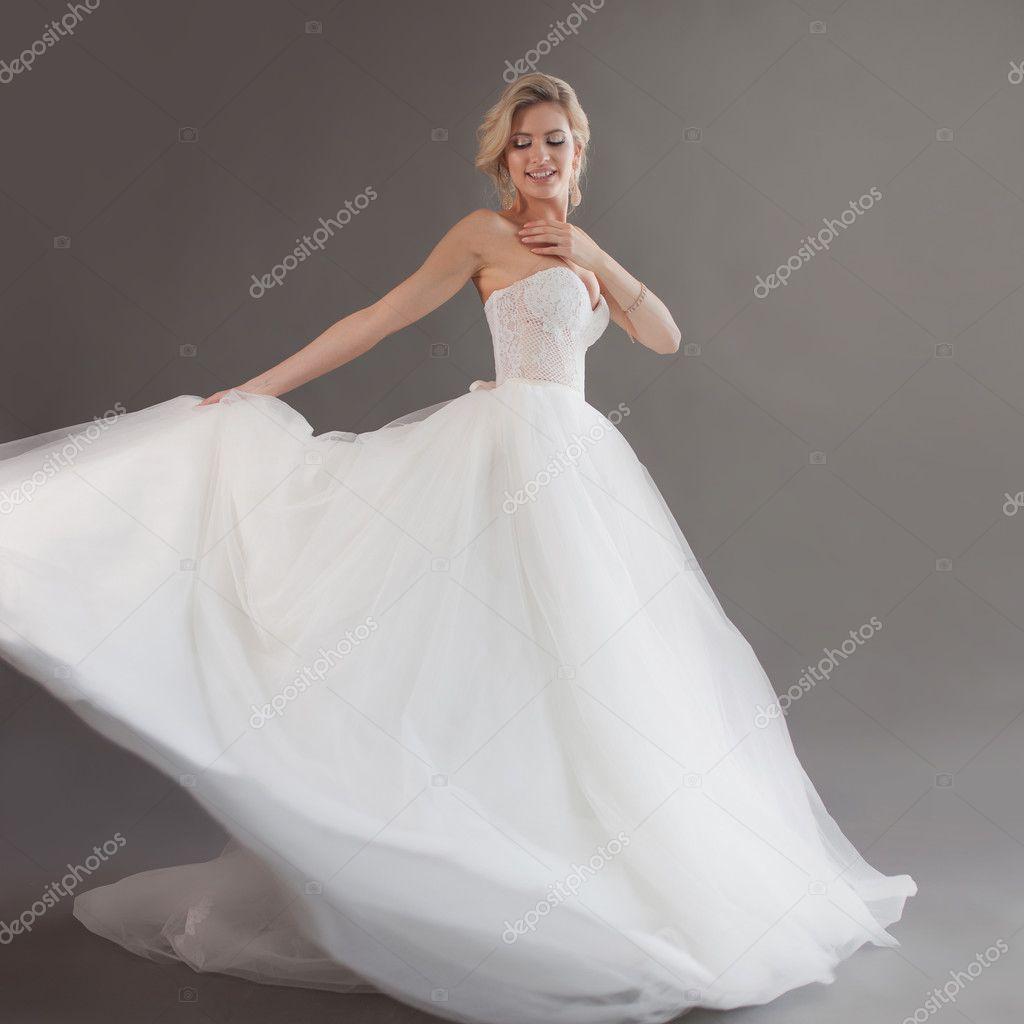 Grijze Trouwjurk.Dansende Jonge Bruid In Luxe Trouwjurk Mooi Meisje In Het Wit