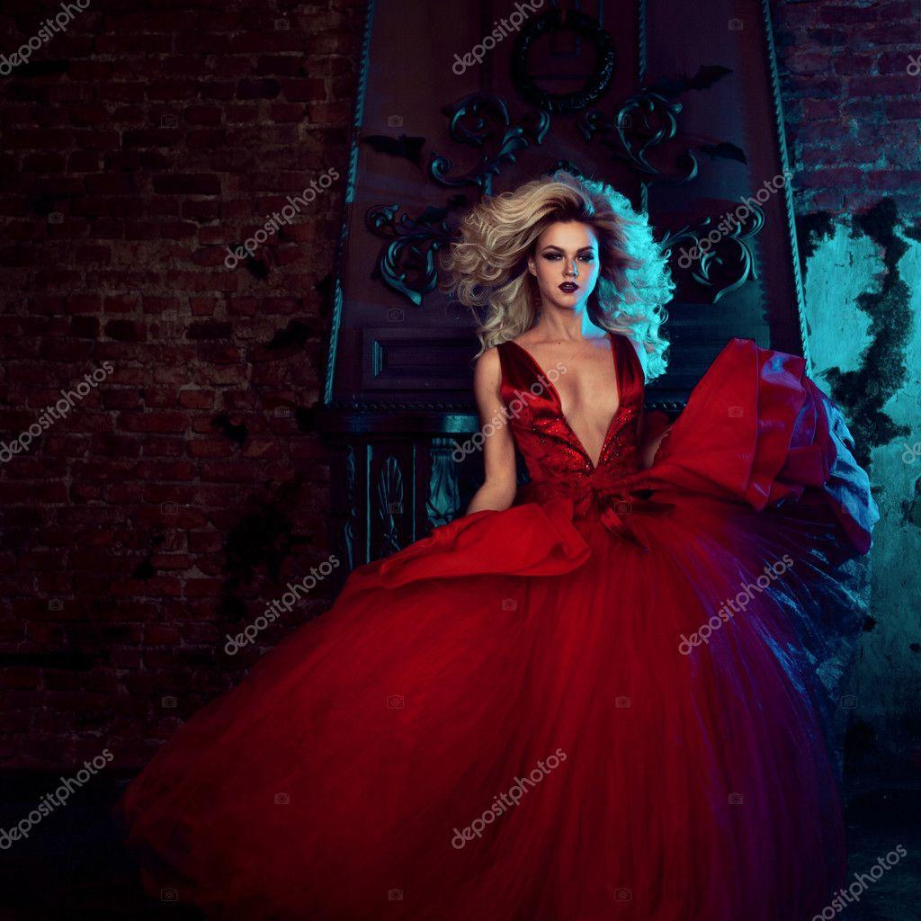 Modefoto wunderschönen jungen Frau. Laufen in Richtung Kamera.  Verführerische Blondine im roten Kleid mit b986ee4c5b