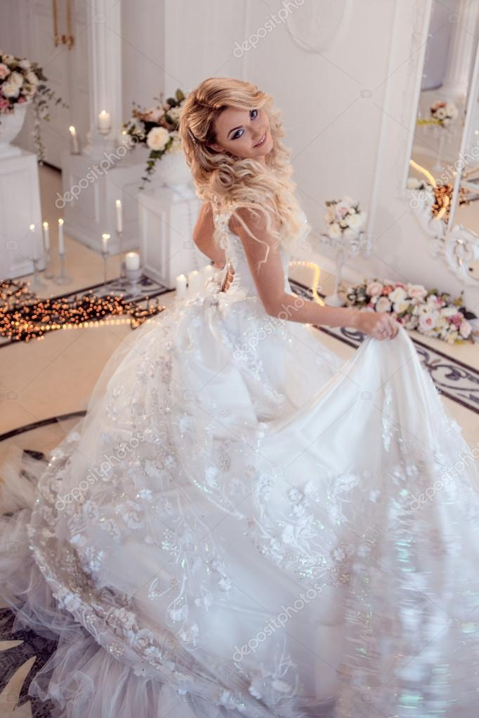 joven novia hermosa en vestido de novia de lujo. gran falda hinchada