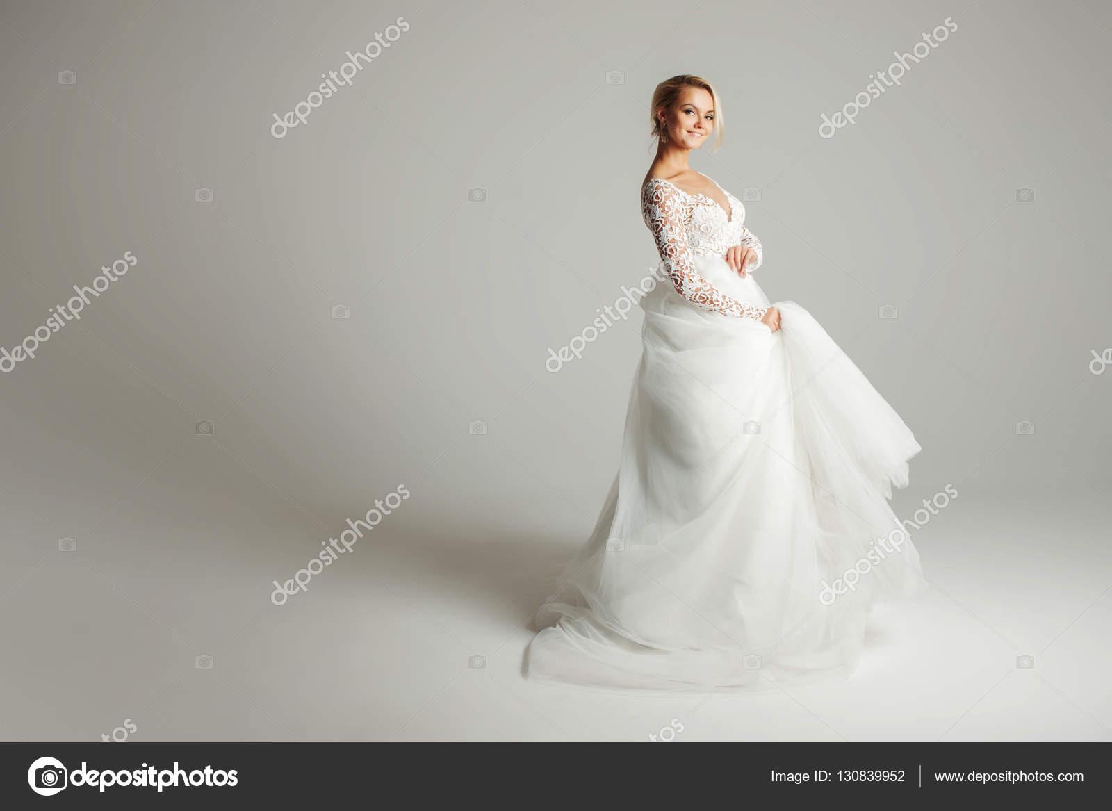 Schone Attraktive Braut Im Hochzeitskleid Mit Langen Weiten Rock
