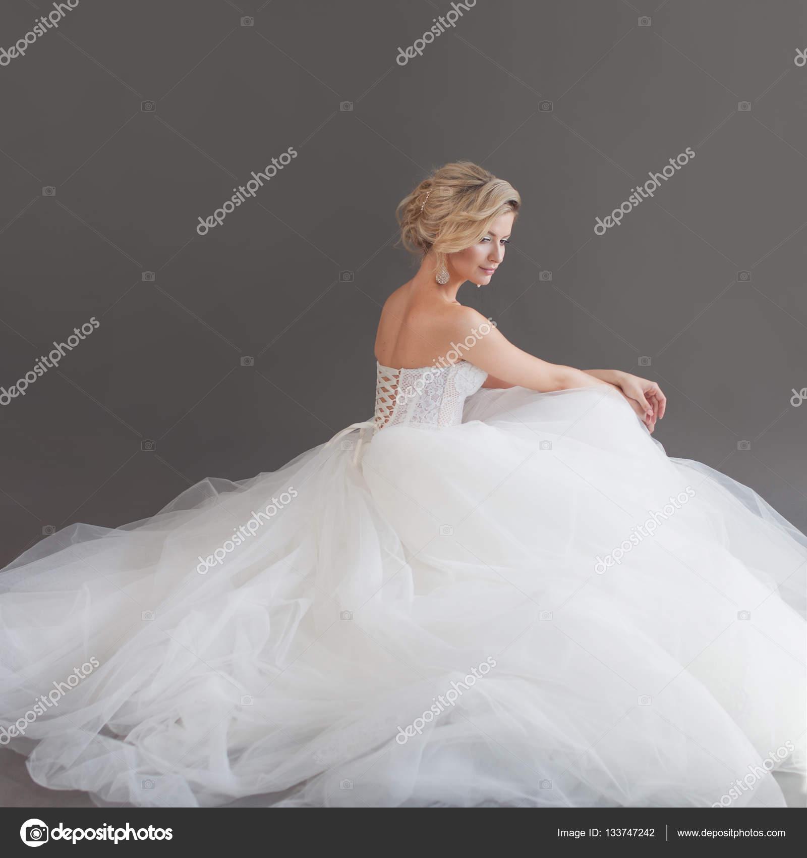 Charmante junge Braut in luxuriöse Brautkleid. Hübsches Mädchen in ...