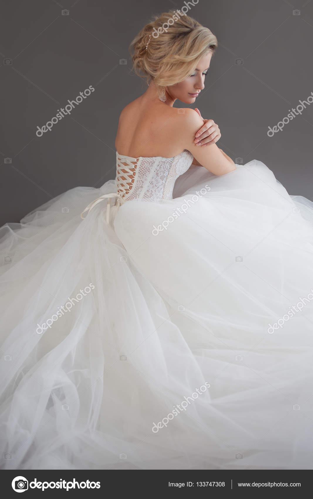 Trouwjurk Grijs Met Wit.Charmante Jonge Bruid In Luxe Trouwjurk Mooi Meisje In Het Wit