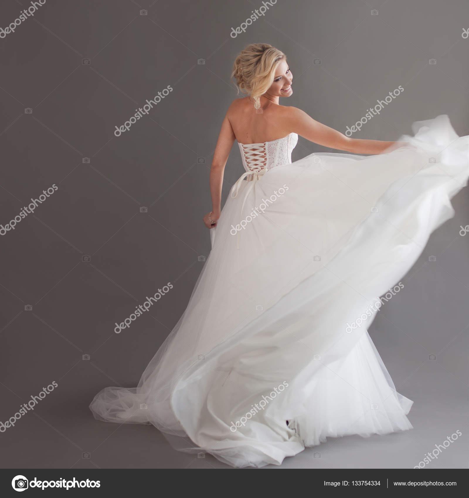 Девушка в роскошном свадебном платье