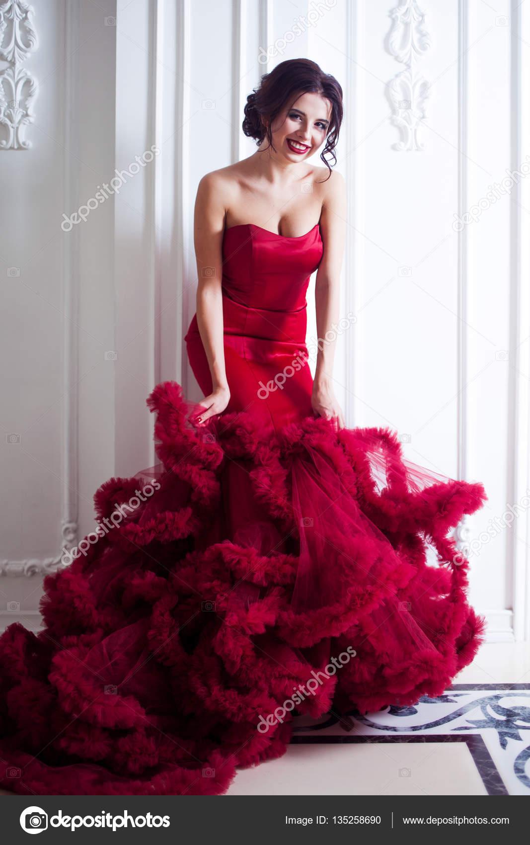 b25da560d27 Robe de beauté Brunette modèle femme en rouge de la soirée. Belle mode luxe  maquillage et coiffure
