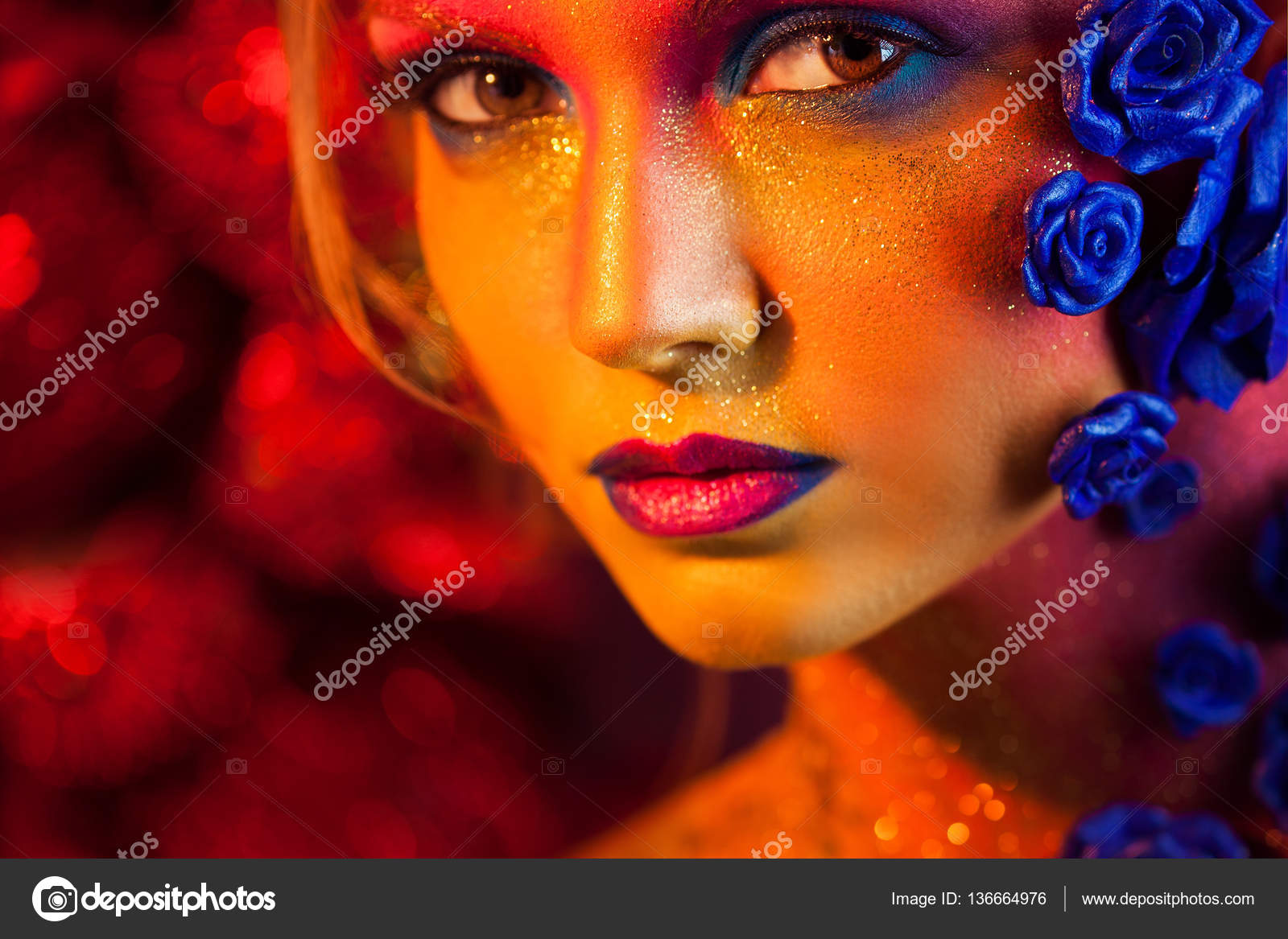 bc09b2903e54 Πορτραίτο του νεαρή και ελκυστική γυναίκα με μακιγιάζ τέχνης. Φλογερά  χρώματα