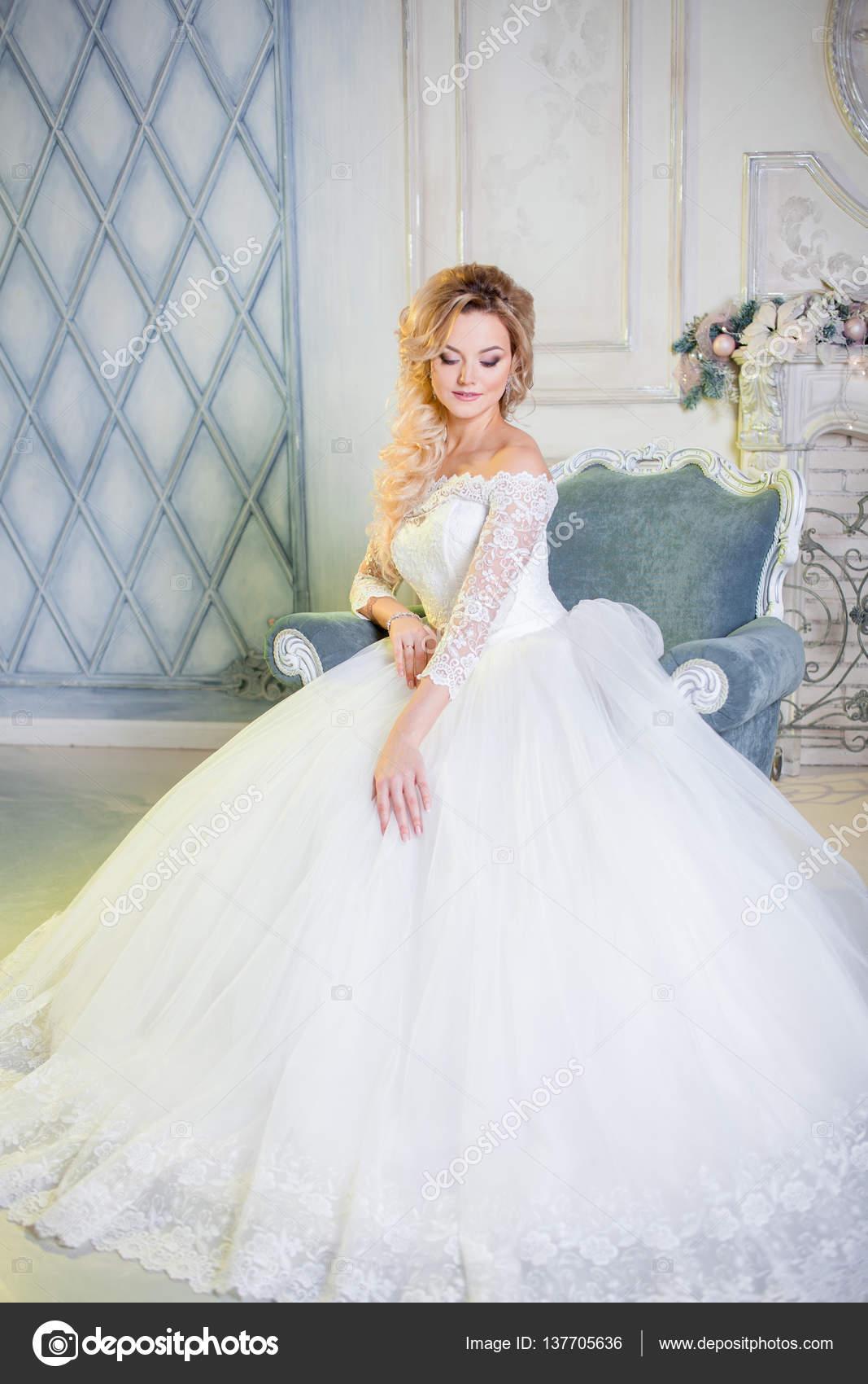 Porträt der charmante Frau im Hochzeitskleid. Die Mädchen Braut ...