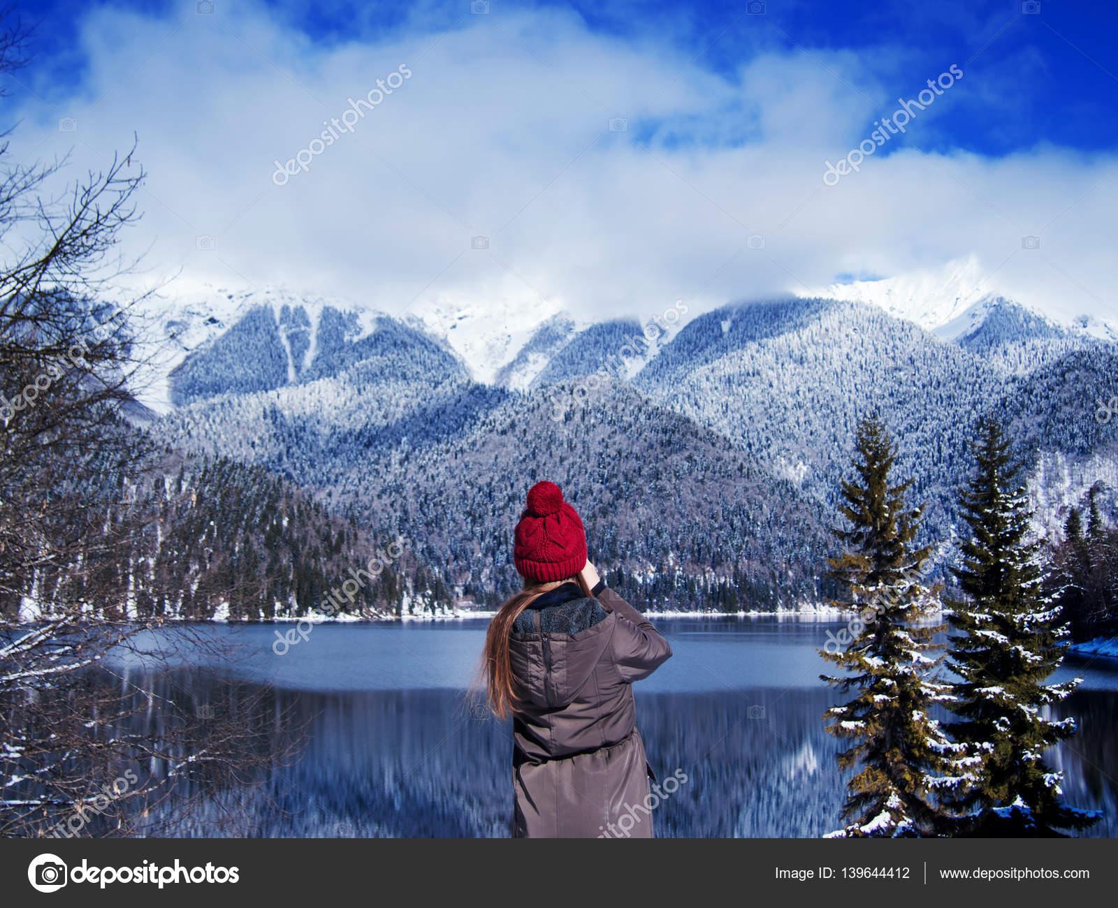 En Y La Viajero Parado Las Sombrero Está Montañas Niña Chaqueta dqXaRw