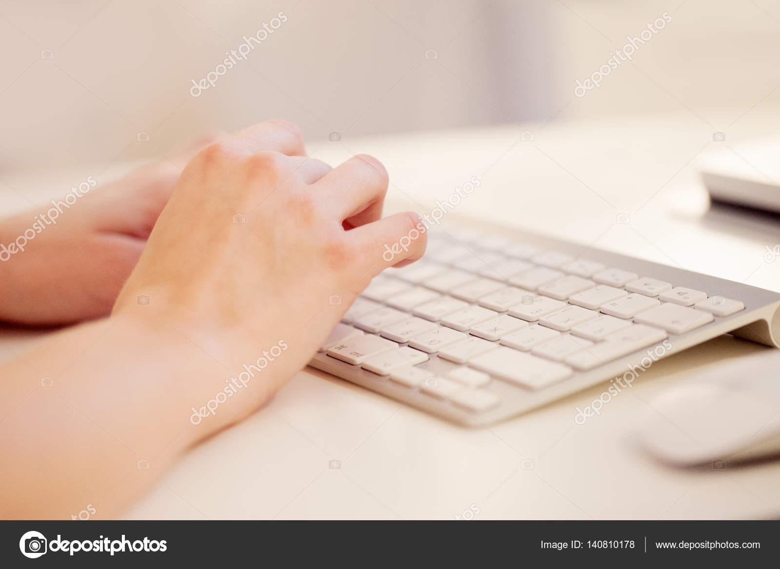 Gros plan dune femelle mains tapant sur le clavier dordinateur