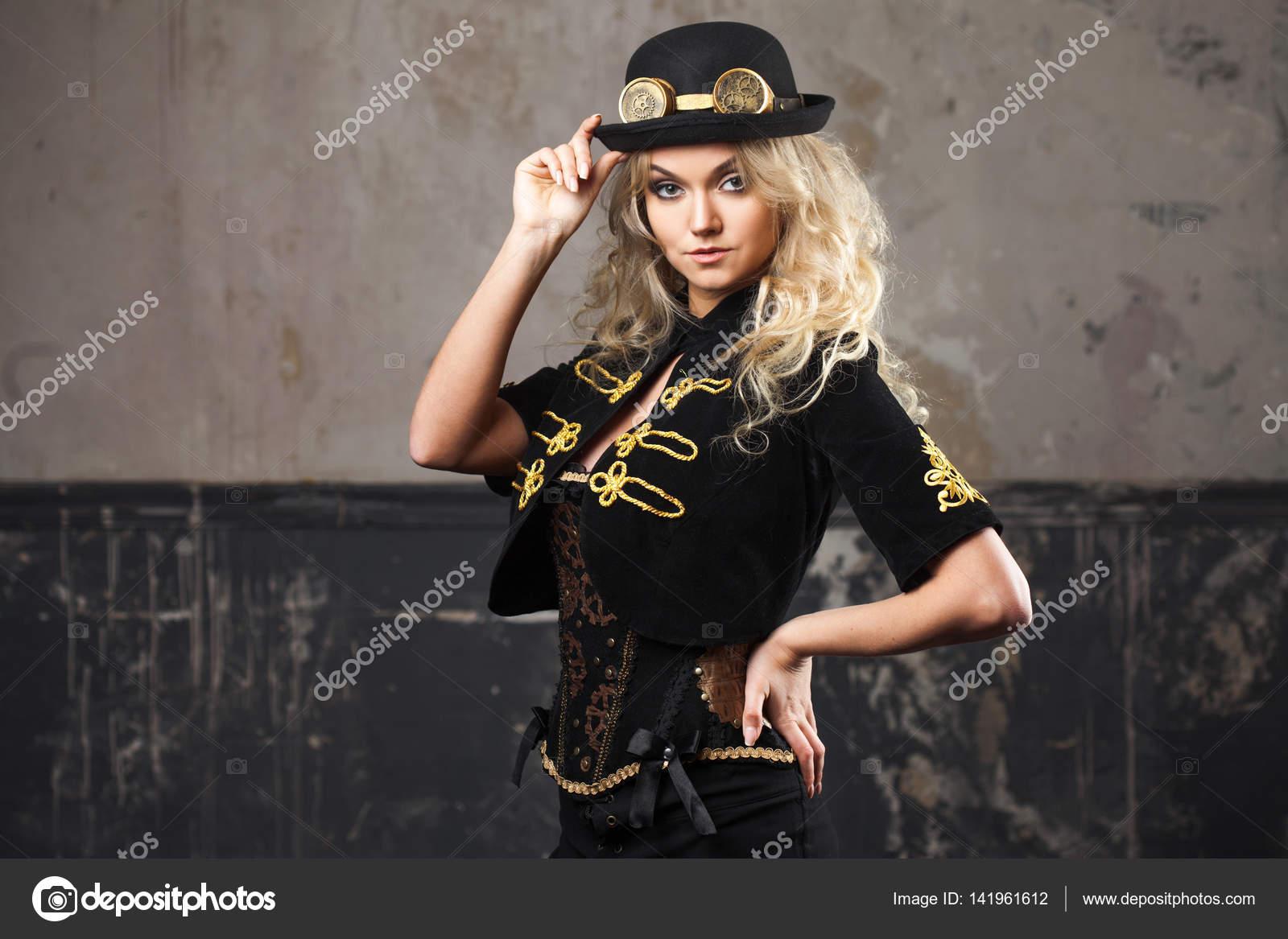 Retrato de un sombrero de sombrero bombín steampunk hermosa mujer sobre  fondo de grunge — Foto 96a7883694e3
