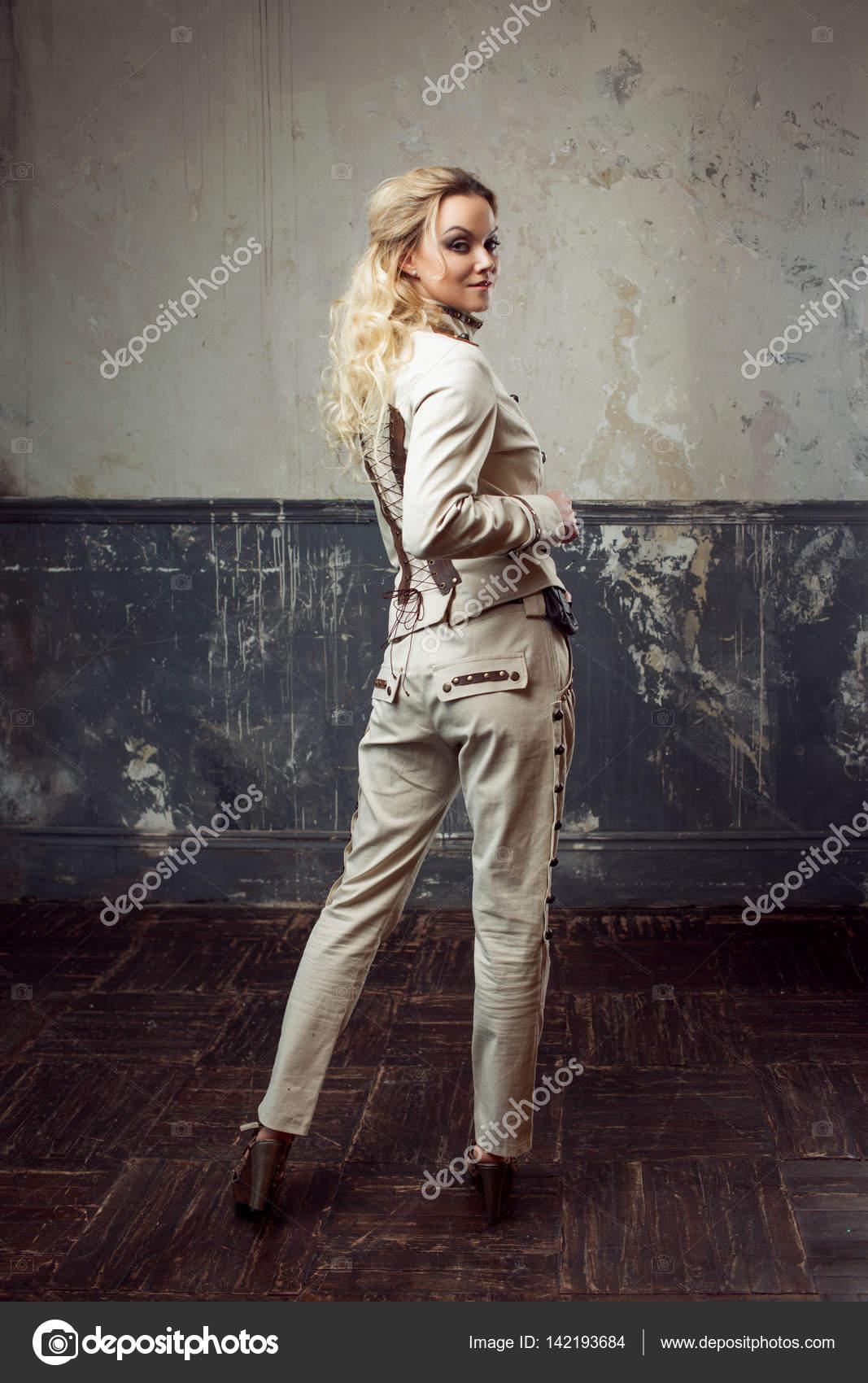 d10e4da836f Προσωπογραφία γυναίκας όμορφη steampunk πέρα από το υπόβαθρο του grunge —  Φωτογραφία Αρχείου