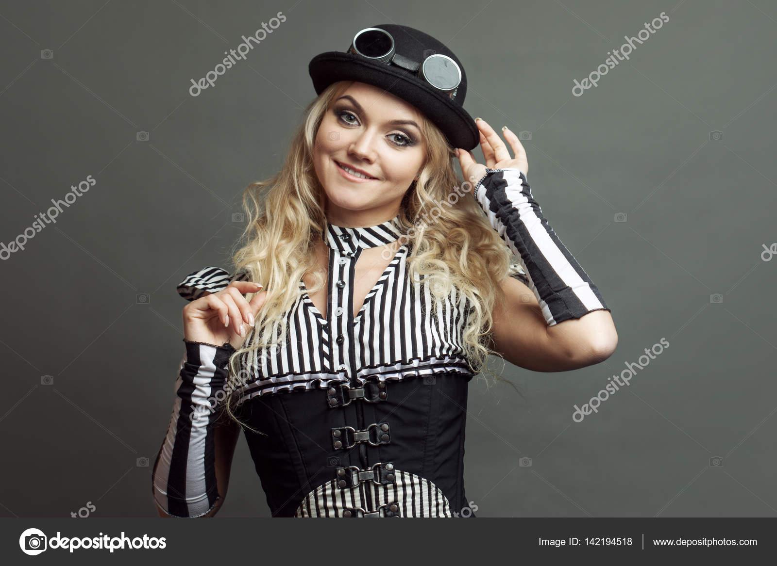 Retrato de una mujer hermosa steampunk sobre fondo grunge — Foto de KrisCole eb272fdf589