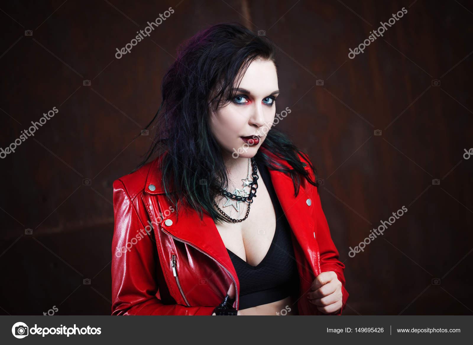 6db2b8ecf5da ... με κόκκινο δερμάτινο μπουφάν — Φωτογραφία Αρχείου · Επιθετικό πανκ  γυναίκα απεργία κάποιος με ένα ρόπαλο — Εικόνα από ...