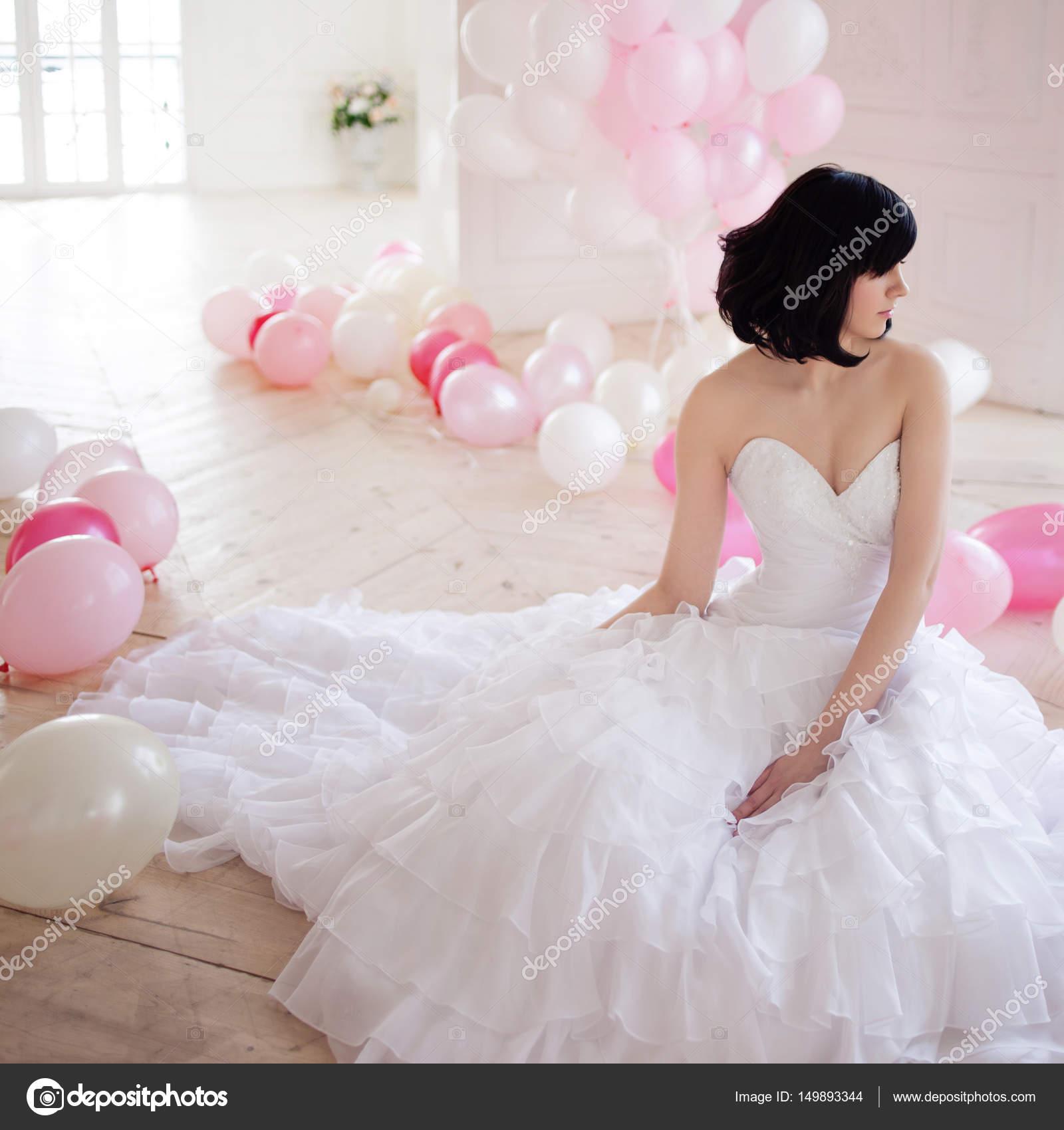 Junge Frau im Hochzeitskleid in Luxus-Interieur mit einer Masse von ...
