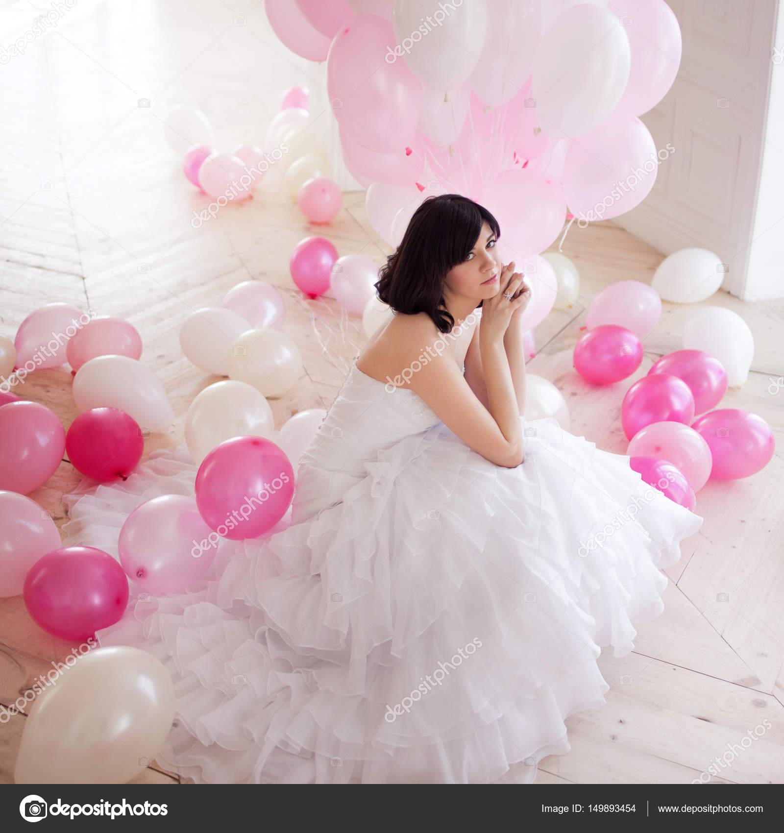 Mujer joven en vestido de boda en interior de lujo con una masa de ...