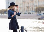Photo Young woman in stylish clothes against the background of the city, romantic portrait. Portrait of the charming blonde on the street.