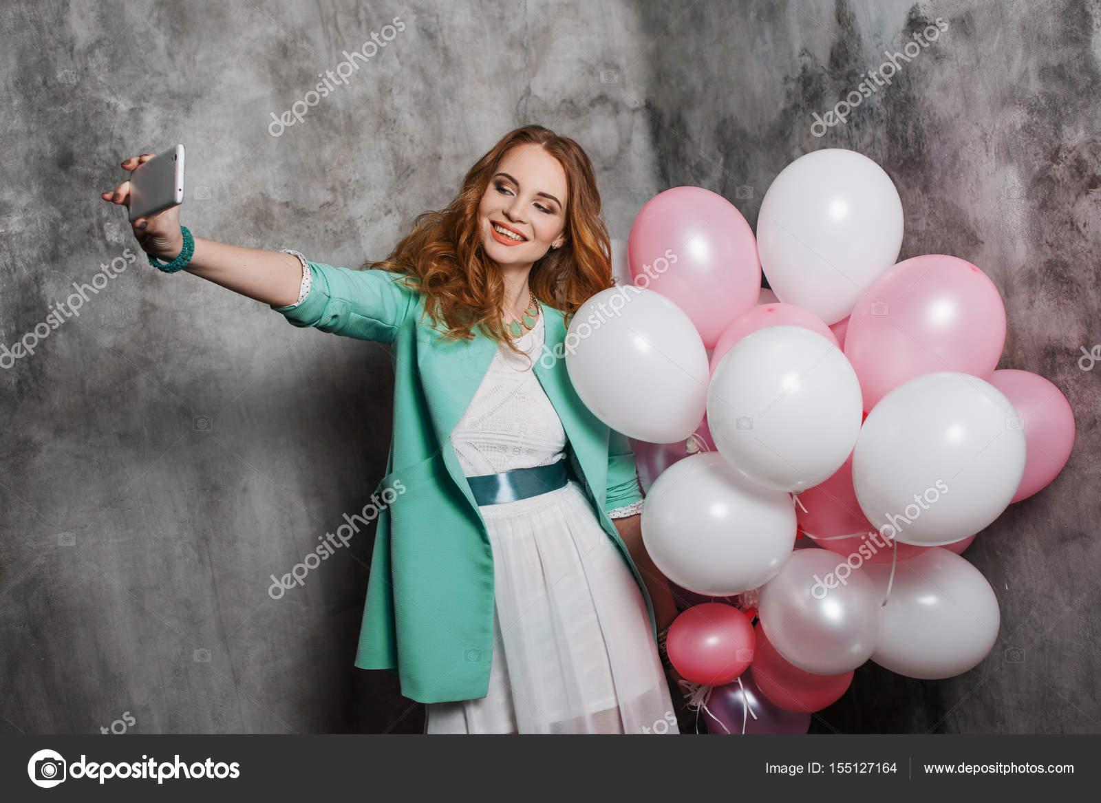 Rothaarige Schönheit junge Frau in einem weißen Kleid macht ein ...