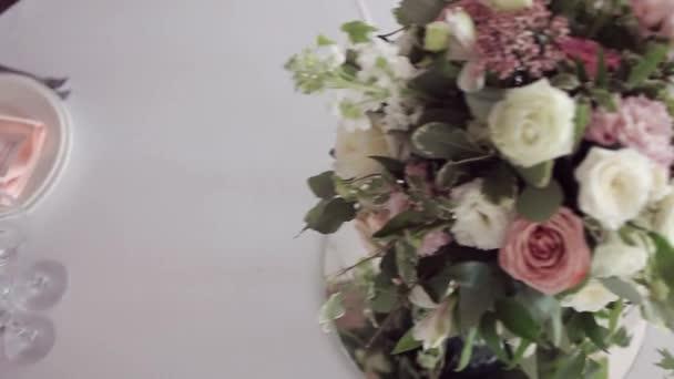 Svatební floristika. Krásnou kytici na stůl, nádobí a sloužit tabulka