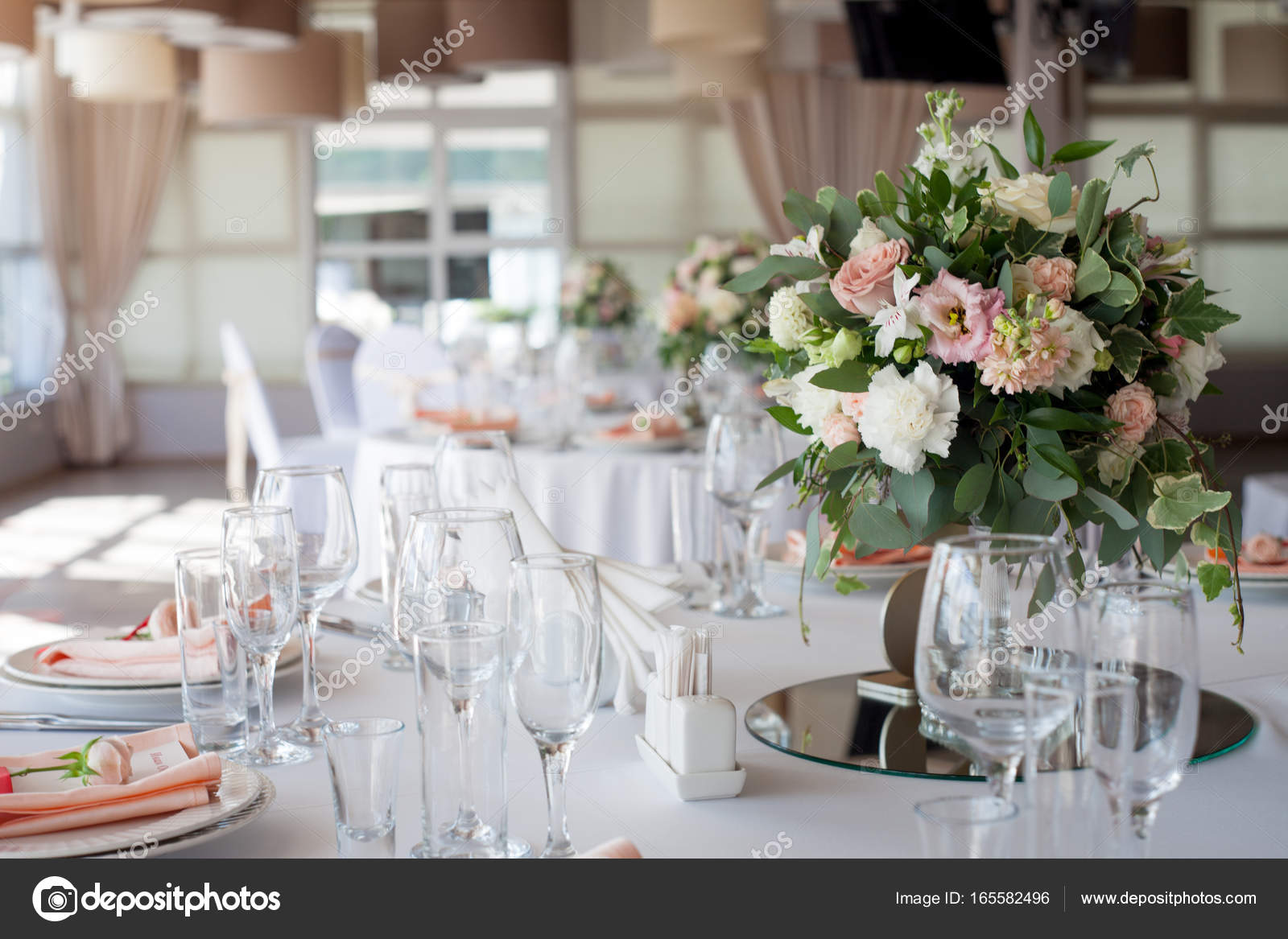Wedding decor. Flowers in the restaurant, table setting — Stock ...