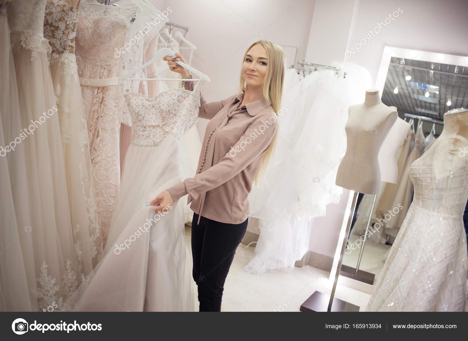 fb6719914a4861 Успішний бізнес молода жінка в її Весільний салон. Красива дівчина  підприємець. Вибрати наряд для весілля — Фото від KrisCole