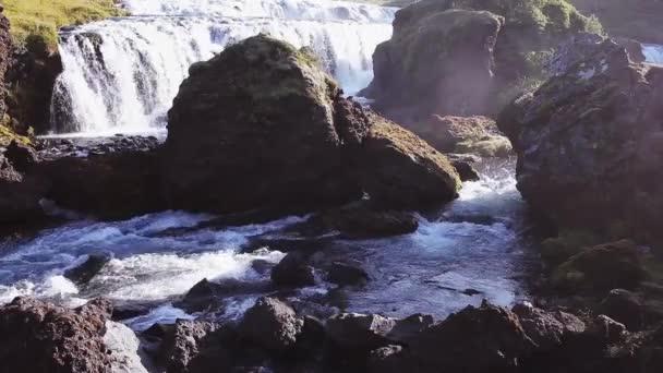 Panorama horské řeky s peřejemi a vodopády, Island
