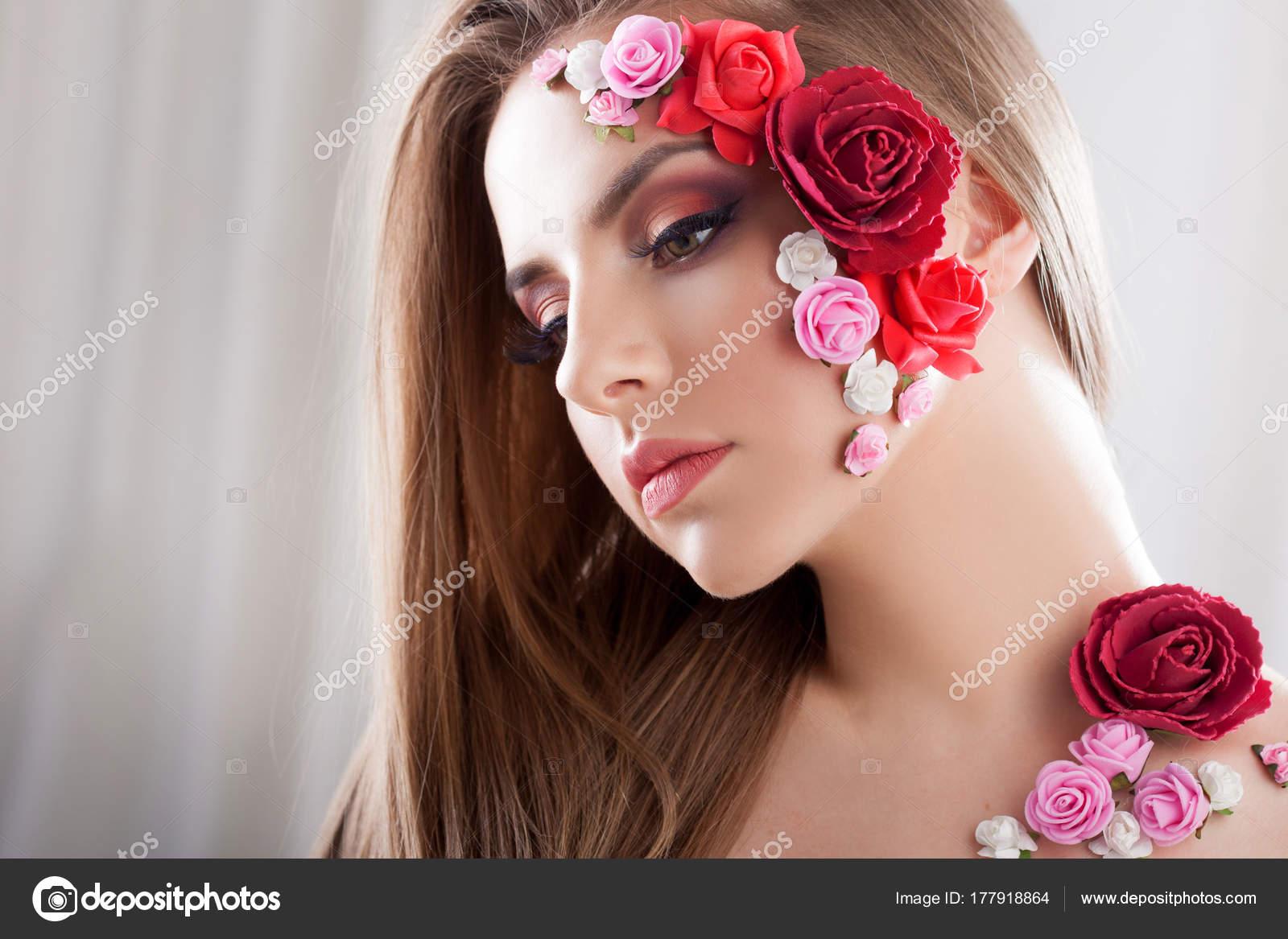 Bella ragazza con i fiori di applique sul viso u2014 foto stock