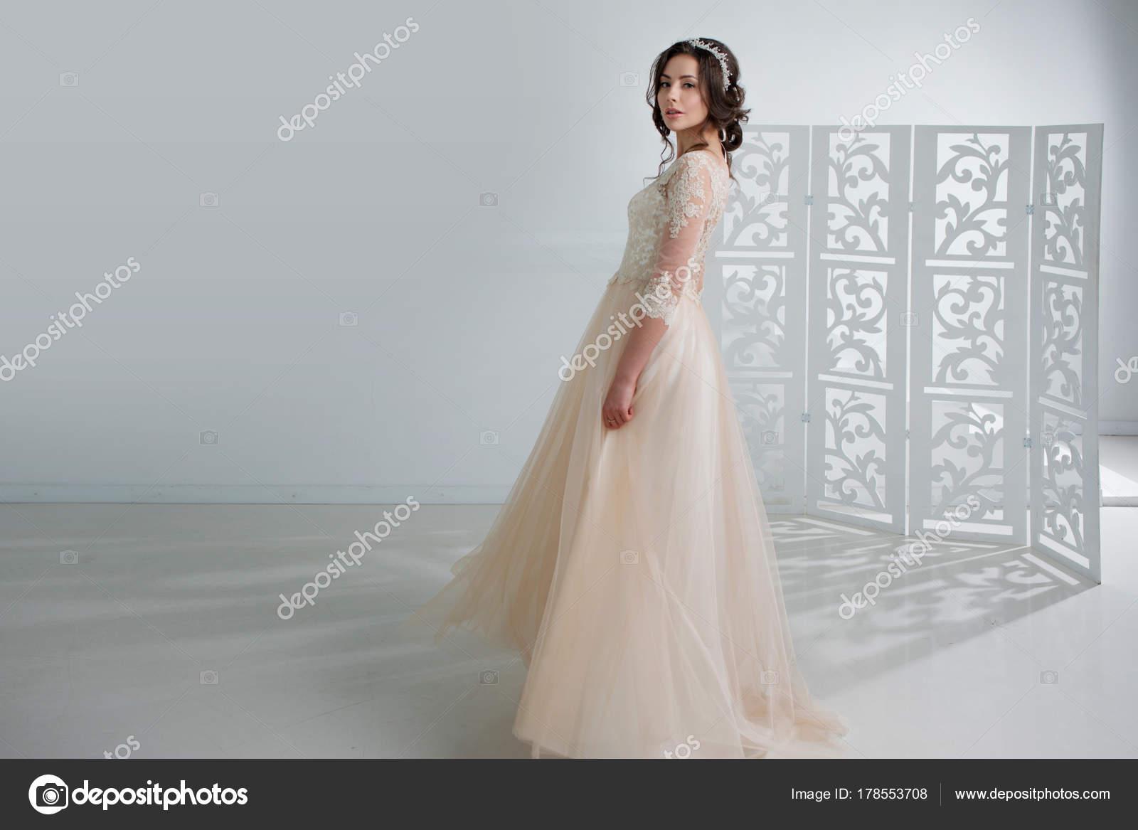 Porträt eines schönen Mädchens in einem Brautkleid. Braut in einem ...