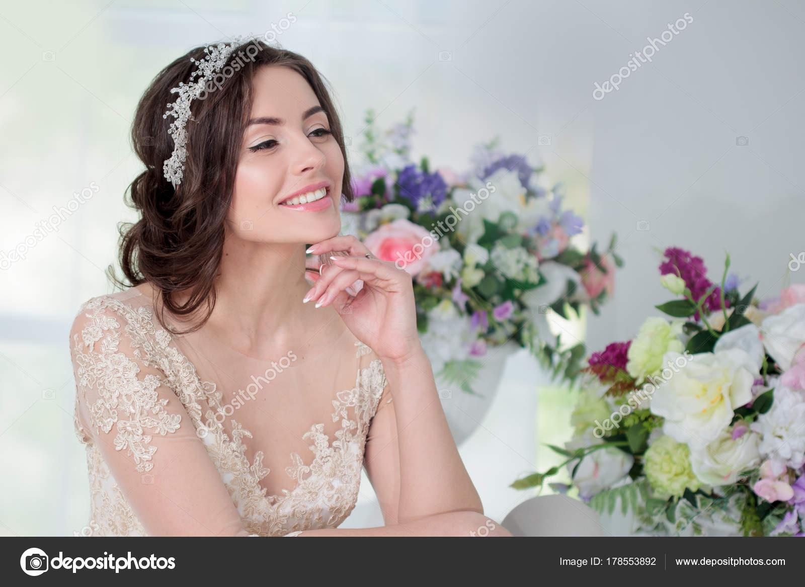 Retrato de chica hermosa en un vestido de Novia de lujo. Interior ...