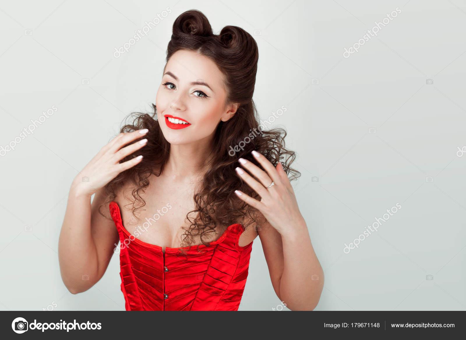 Charmante Dame Im Roten Korsett Pin Up Frisur Stockfoto