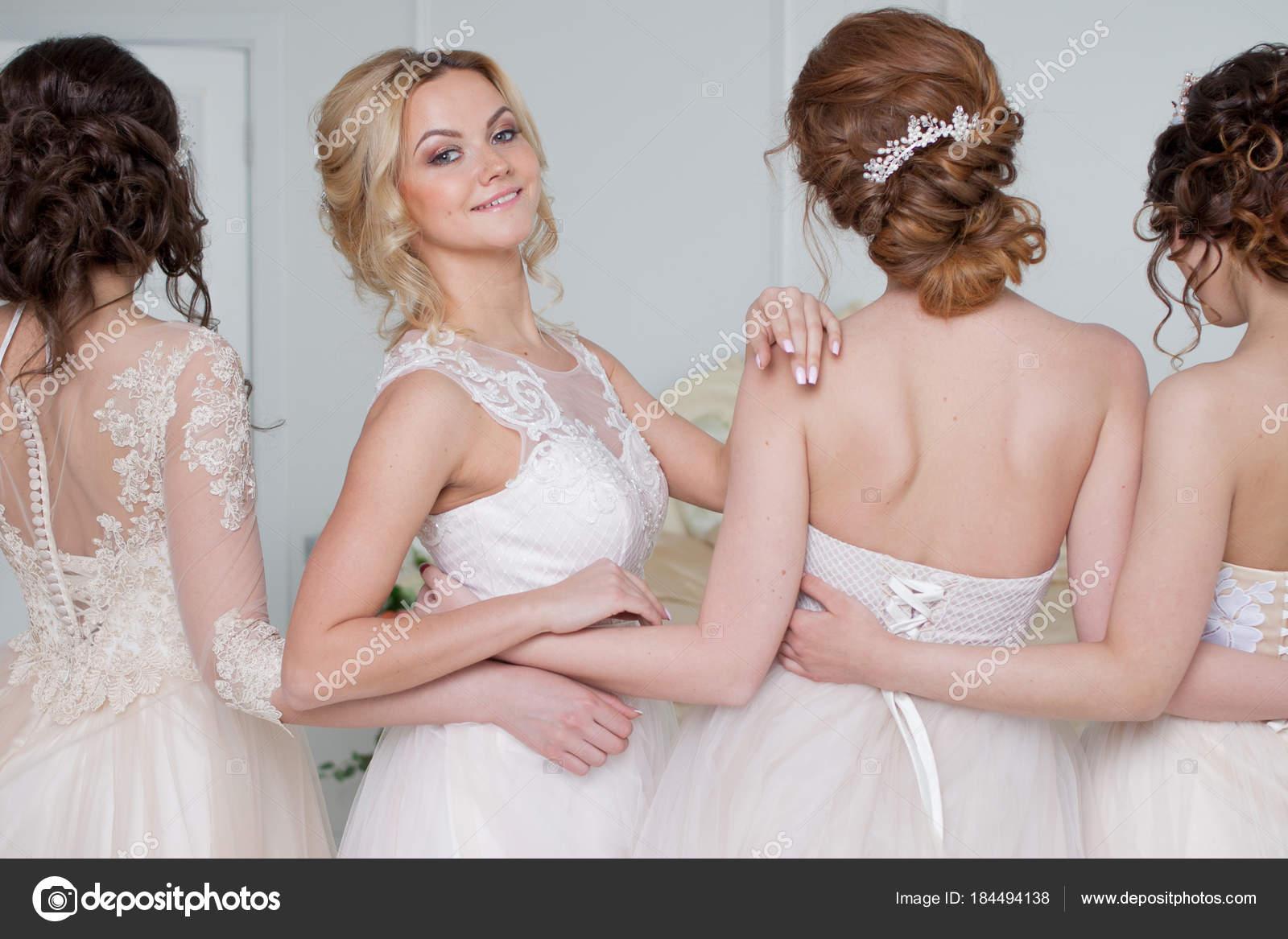 Novia en el salón de la boda. Cuatro hermosa chica están en brazos ...