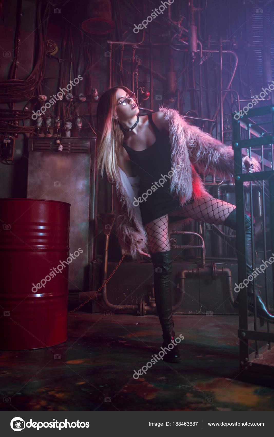 Joven mujer Hermosa de elegante chica en con atractiva ropa abrigo a1qraw