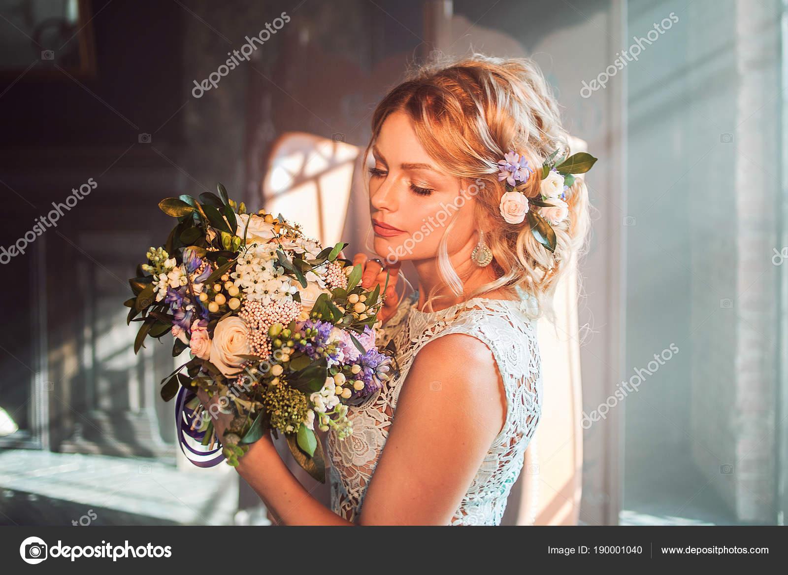 Junge Schone Frau Im Hochzeitskleid Mit Blumenstrauss