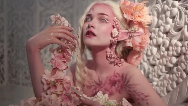Krásná mladá dívka elf. Bodyart a kreativní make-up