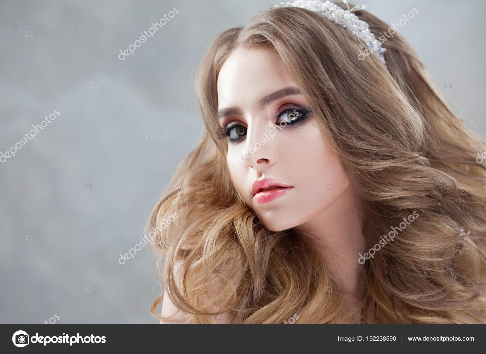 a895165e7c Νέοι όμορφη νύφη με πολυτελές μπούκλες. Χτένισμα του γάμου με τιάρα —  Φωτογραφία Αρχείου