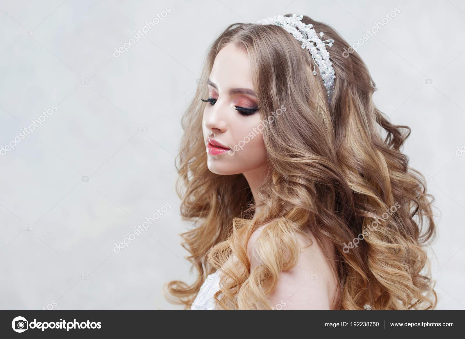 Jeune Belle Mariee Avec Boucles Luxueux Coiffure De Mariage
