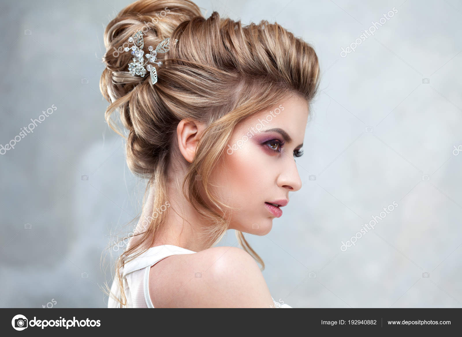 Imagenes Alto Peinado Joven Hermosa Novia Con Un Elegante Peinado - Peinados-de-novia-elegantes