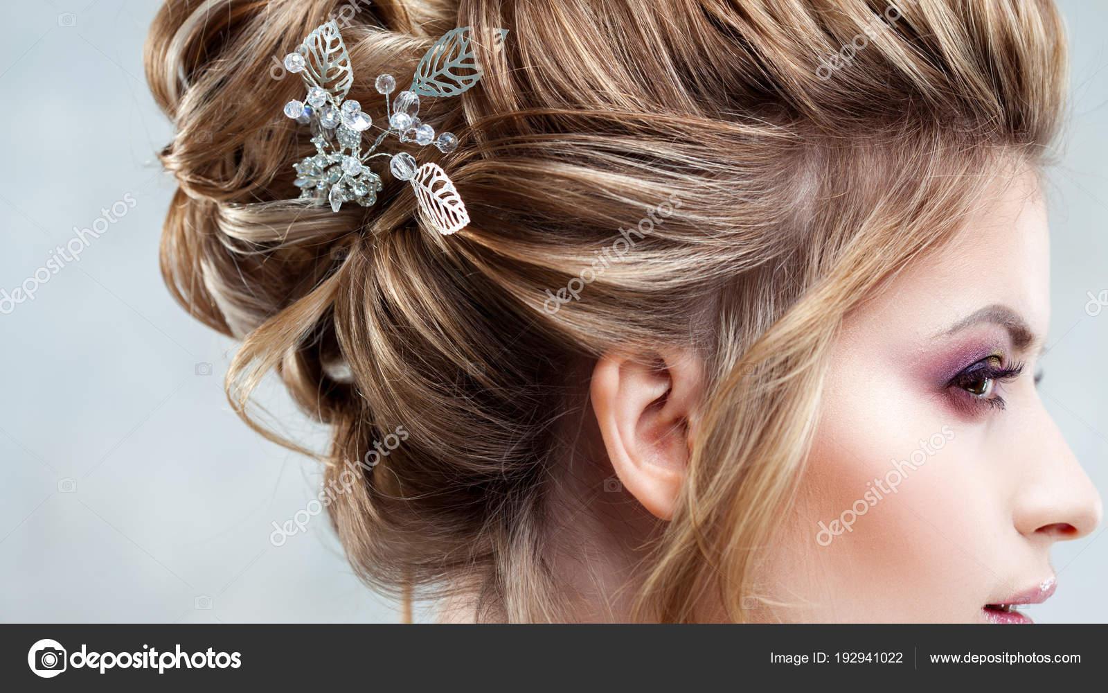 0eb61a79535c60 Молодий красива наречена з елегантним висока зачіска. Весільна зачіска з  аксесуаром в її волосся– стокове зображення