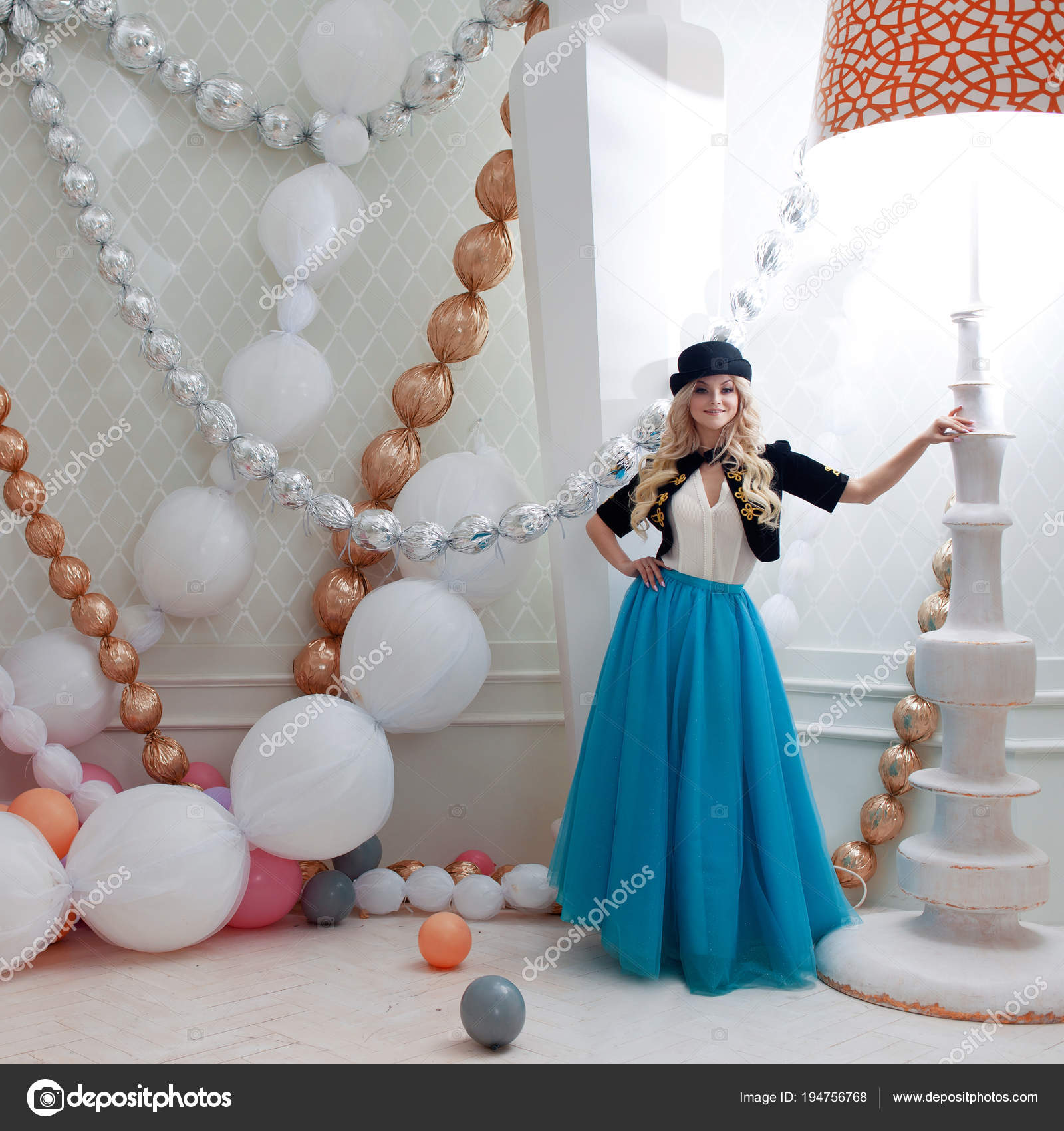 Femme En Blonde Table GrandBelle Lampe De Sous Jeune Une Petite 1JFKlcT