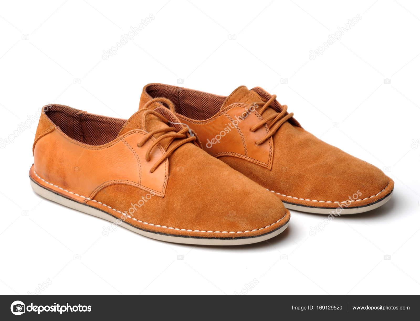 7358dc3f34 Zapatos de cuero de hombre rojo aislados sobre fondo blanco. Calzado  ejecutivo de cuero marrón. Botas de moda naturaleza muerta — Foto de ...