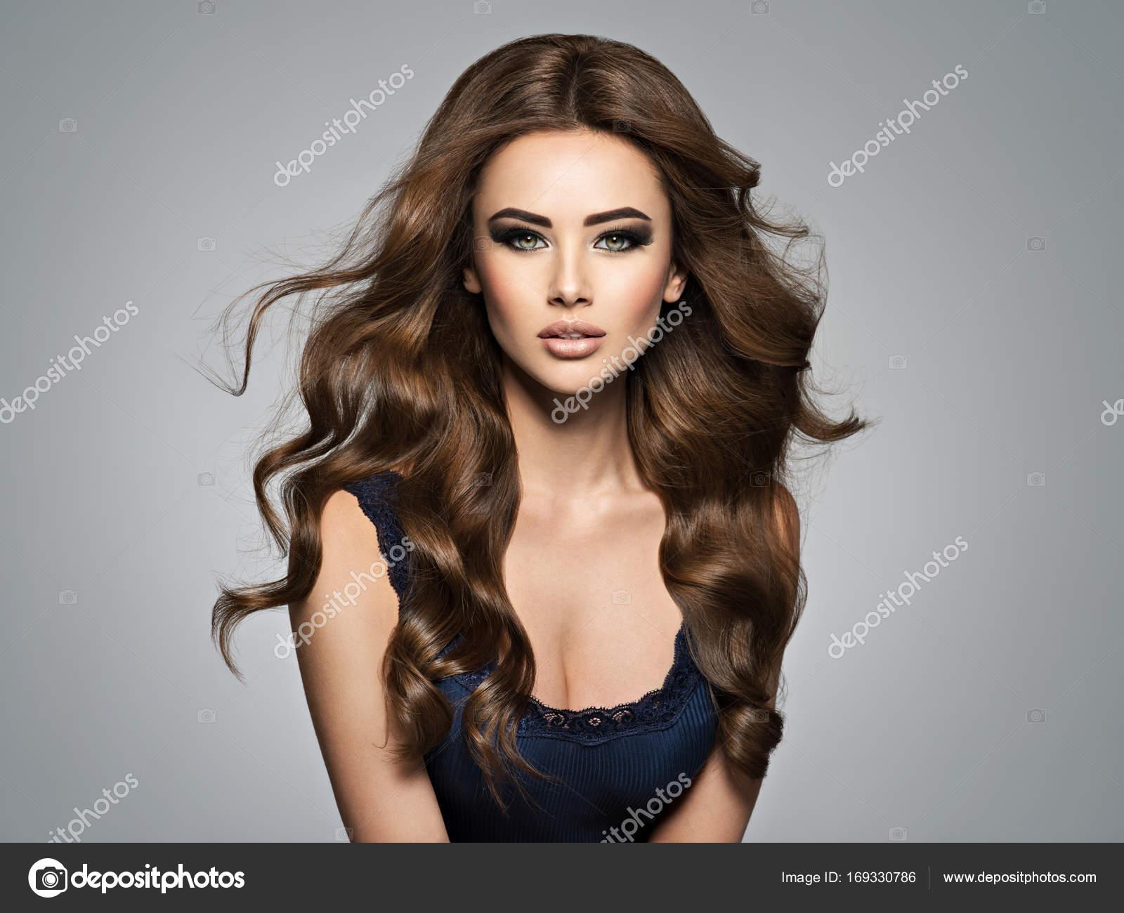 mooie vrouw met krullend haar — Stockfoto © Sofia