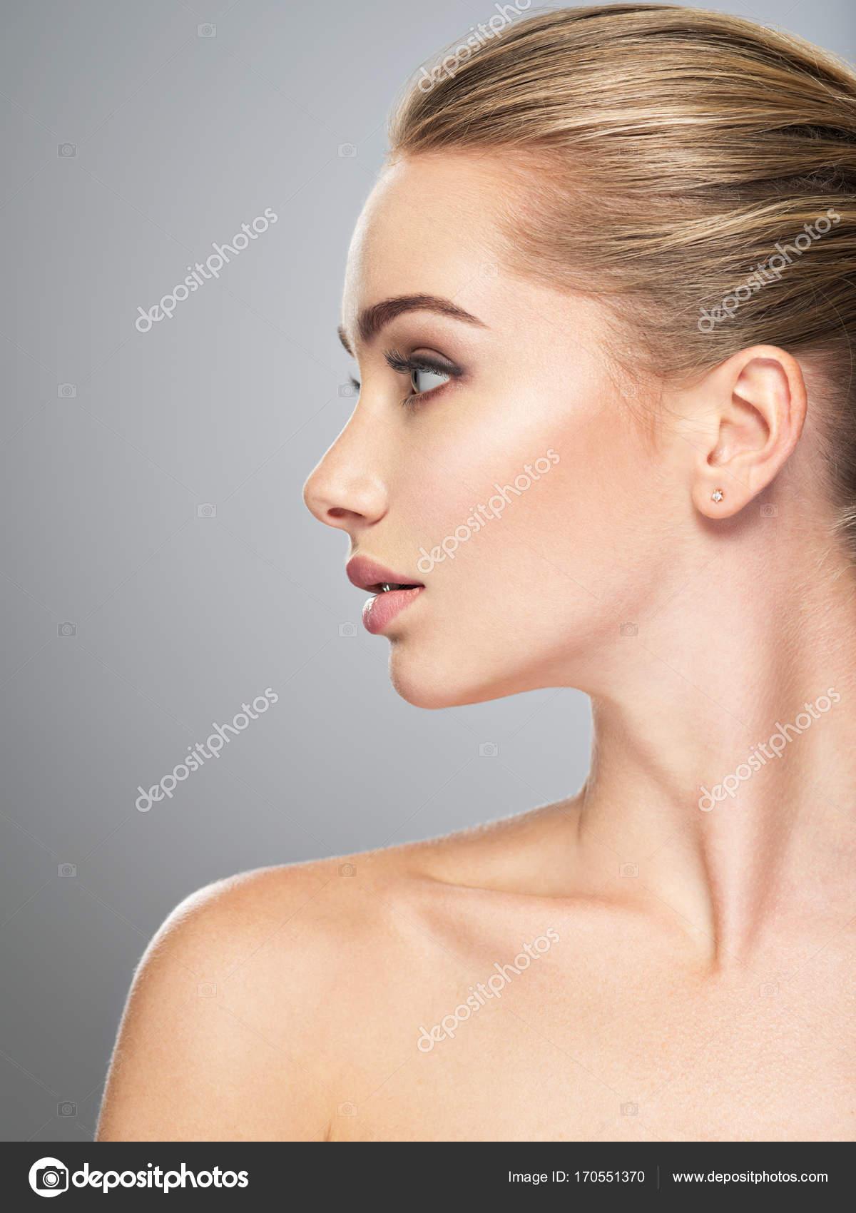 volto di giovane donna di profilo trattamento di cura della pelle vista laterale della bella ragazza con pelle sana del viso foto di valuavitaly