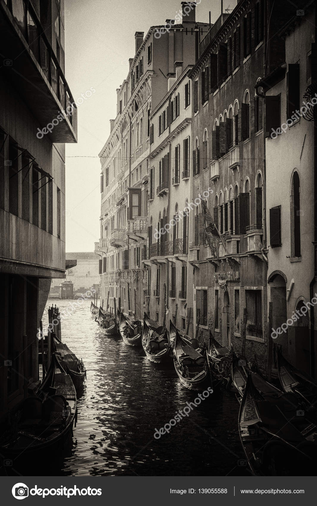 Top Mooie zwart-wit foto van gondels in de buurt van de gebouwen in de &QK11