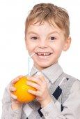 malý chlapec pít pomerančový džus