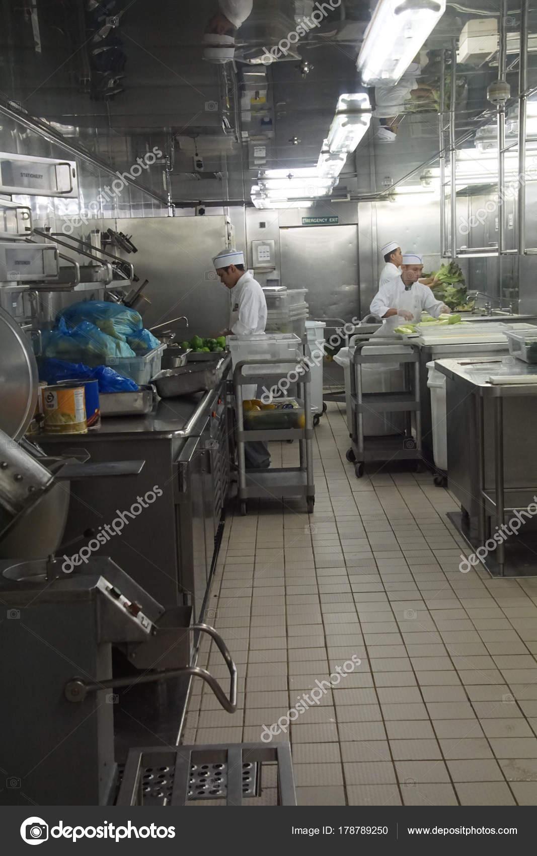 Küchenarbeit Crew in der Küche eines Kreuzfahrtschiffes ...