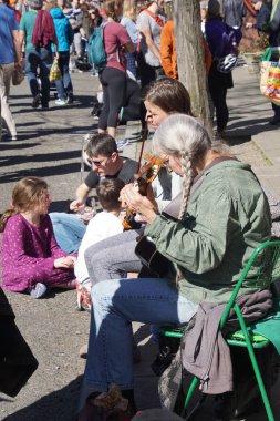 Halk müzisyenler keman ve gitar çalmak