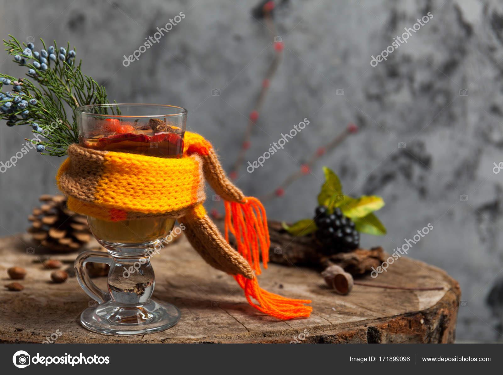 Heißes Getränk mit Honig und Gewürzen auf hölzernen Hintergrund ...