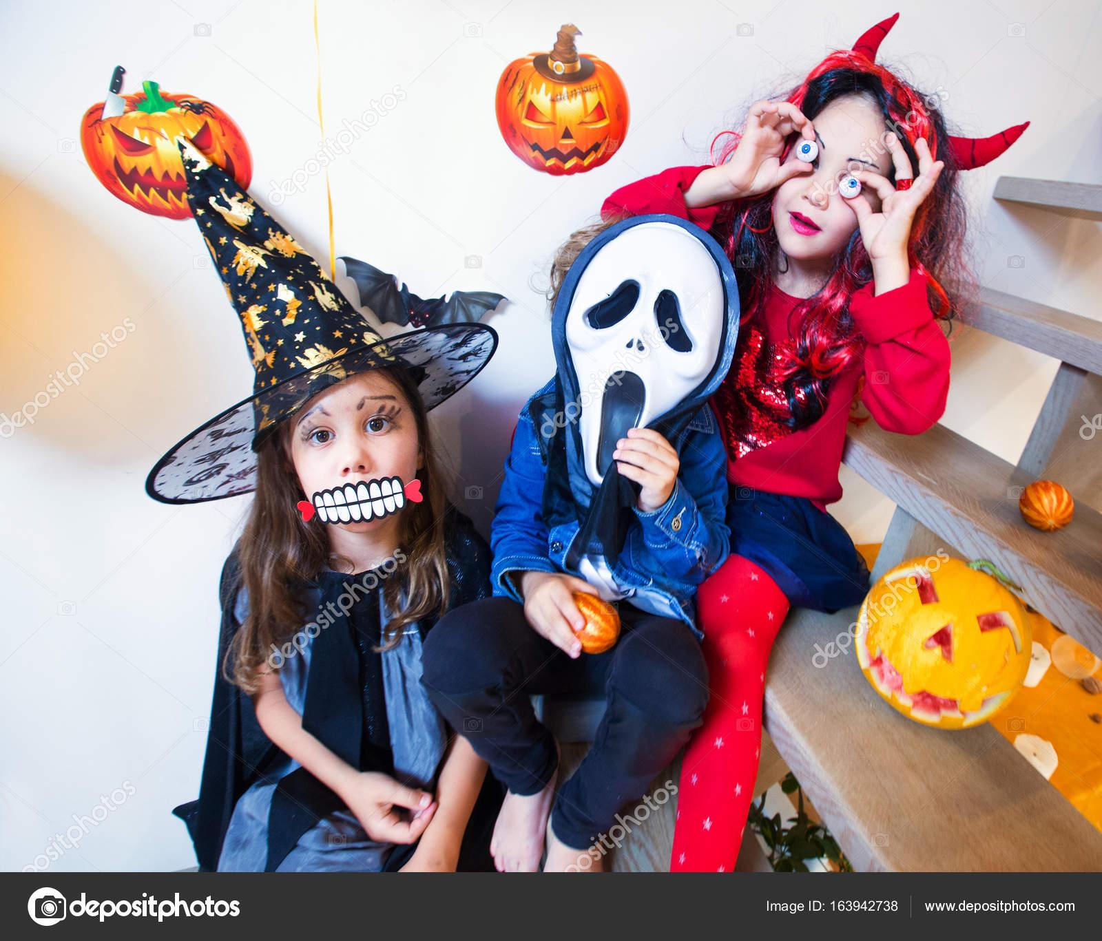 Kinderen Halloween.Kinderen In Halloween Kostuums Stockfoto C Yanlev 163942738