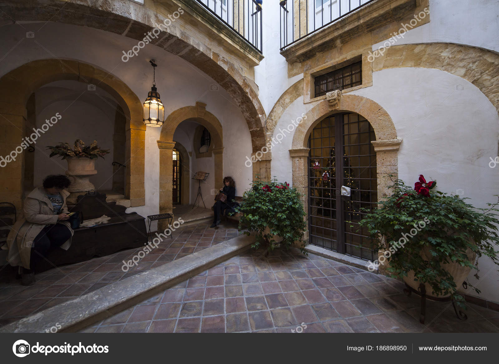 Cortile del bagno ebraico in Ortigia — Foto Editoriale Stock ...